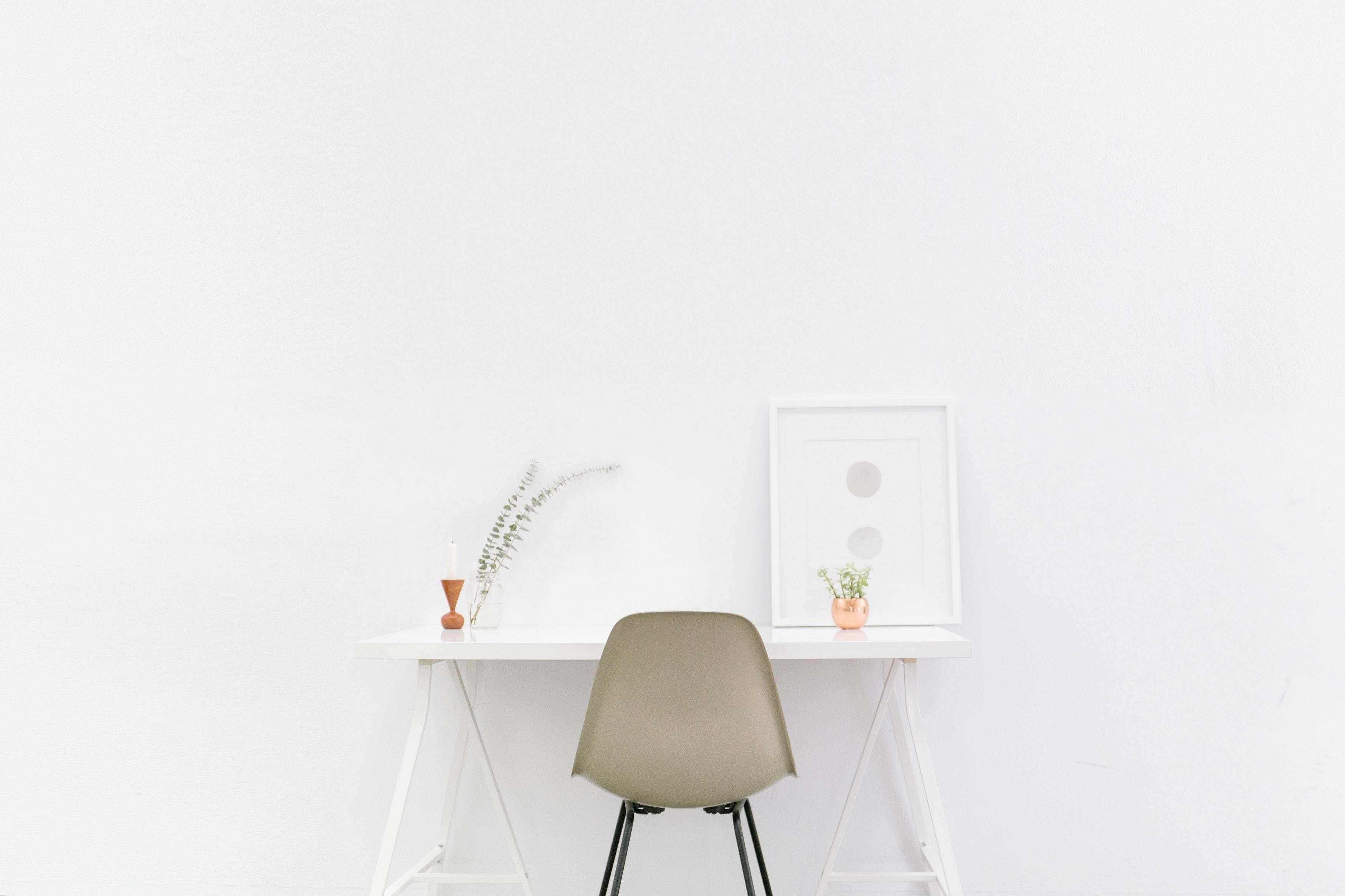 Inred minimalistiskt med väggdekorationer
